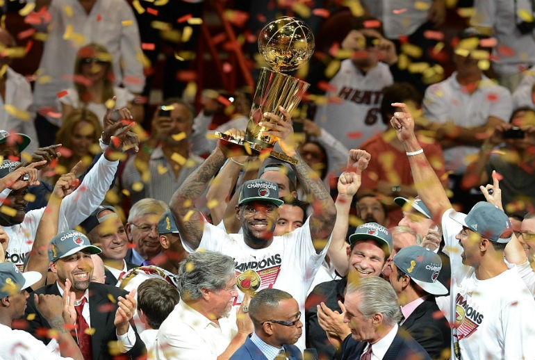 Lebron James levanta o trofu. Miami Heat  o novo campeo da NBA.