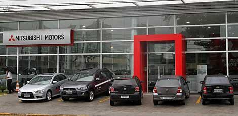 A revenda da Mitsubishi  uma das lojas que se instalaram recentemente na avenida / Foto: Guga Matos/JC Imagem