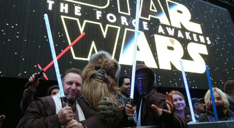Fãs durante um evento de Star Wars - The Force Awakens / JUSTIN TALLIS/AFP